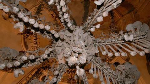 Nhà thờ ác mộng được xây dựng từ 40.000 bộ xương người - Ảnh 3.