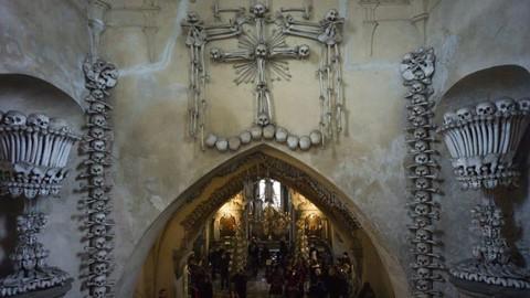 Nhà thờ ác mộng được xây dựng từ 40.000 bộ xương người - Ảnh 4.