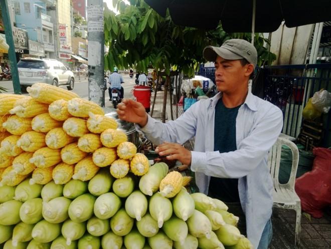 Bắp luộc bùng binh bán hơn 600 trái/ngày khiến Việt kiều tìm đến: 'Tôi bán đến khi chết!' - Ảnh 5.