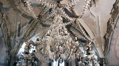 Nhà thờ ác mộng được xây dựng từ 40.000 bộ xương người - Ảnh 5.