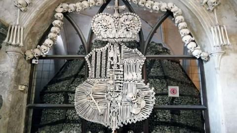 Nhà thờ ác mộng được xây dựng từ 40.000 bộ xương người - Ảnh 6.