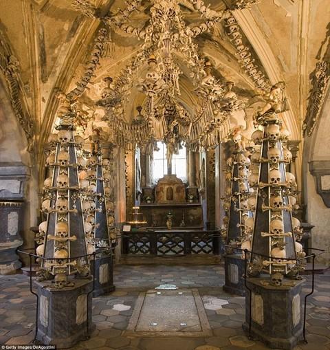 Nhà thờ ác mộng được xây dựng từ 40.000 bộ xương người - Ảnh 7.