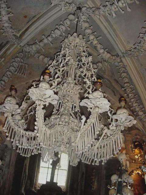 Nhà thờ ác mộng được xây dựng từ 40.000 bộ xương người - Ảnh 8.