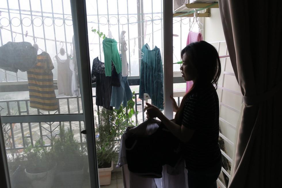 Dân Nam Sài Gòn ở nhà cũng phải đeo khẩu trang, đóng cửa vì mùi hôi từ bãi rác - Ảnh 9.