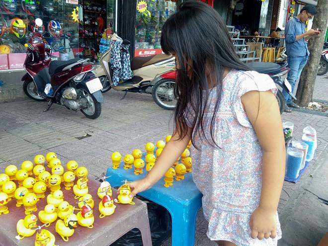 Thú nhún lò xo Emoji tràn ngập Sài Gòn và những lời đồn 'tâm linh' trên mạng - Ảnh 1.