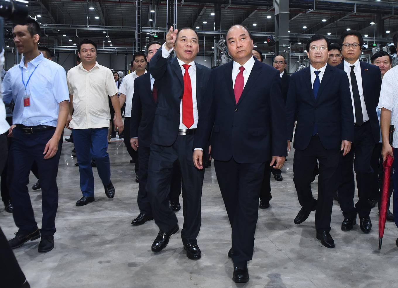 Ông Phạm Nhật Vượng cầm lái chở Thủ tướng trong khuôn viên VinFast - Ảnh 3.