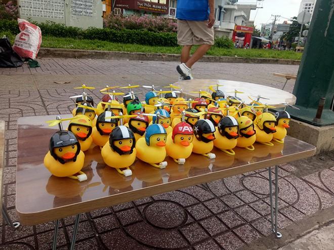 Thú nhún lò xo Emoji tràn ngập Sài Gòn và những lời đồn 'tâm linh' trên mạng - Ảnh 3.