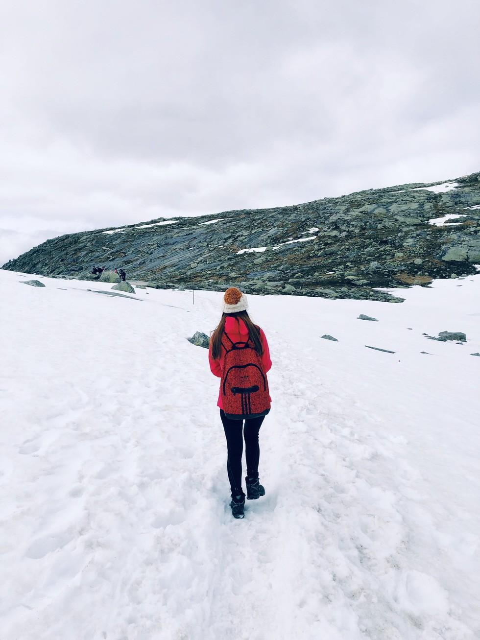 Cô gái Việt trèo đèo lội tuyết lên 'Lưỡi quỉ' ở Na Uy - Ảnh 5.