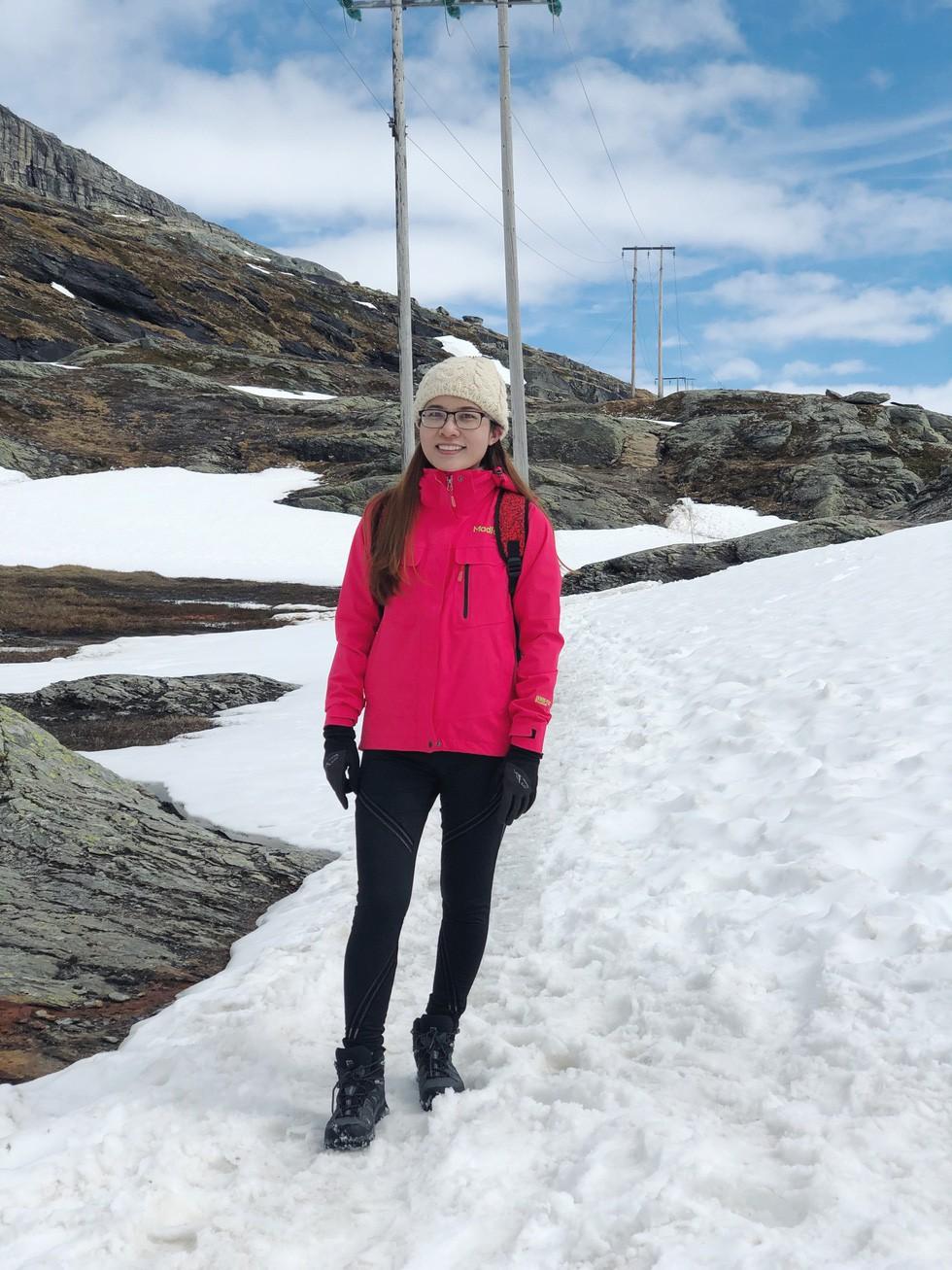 Cô gái Việt trèo đèo lội tuyết lên 'Lưỡi quỉ' ở Na Uy - Ảnh 9.
