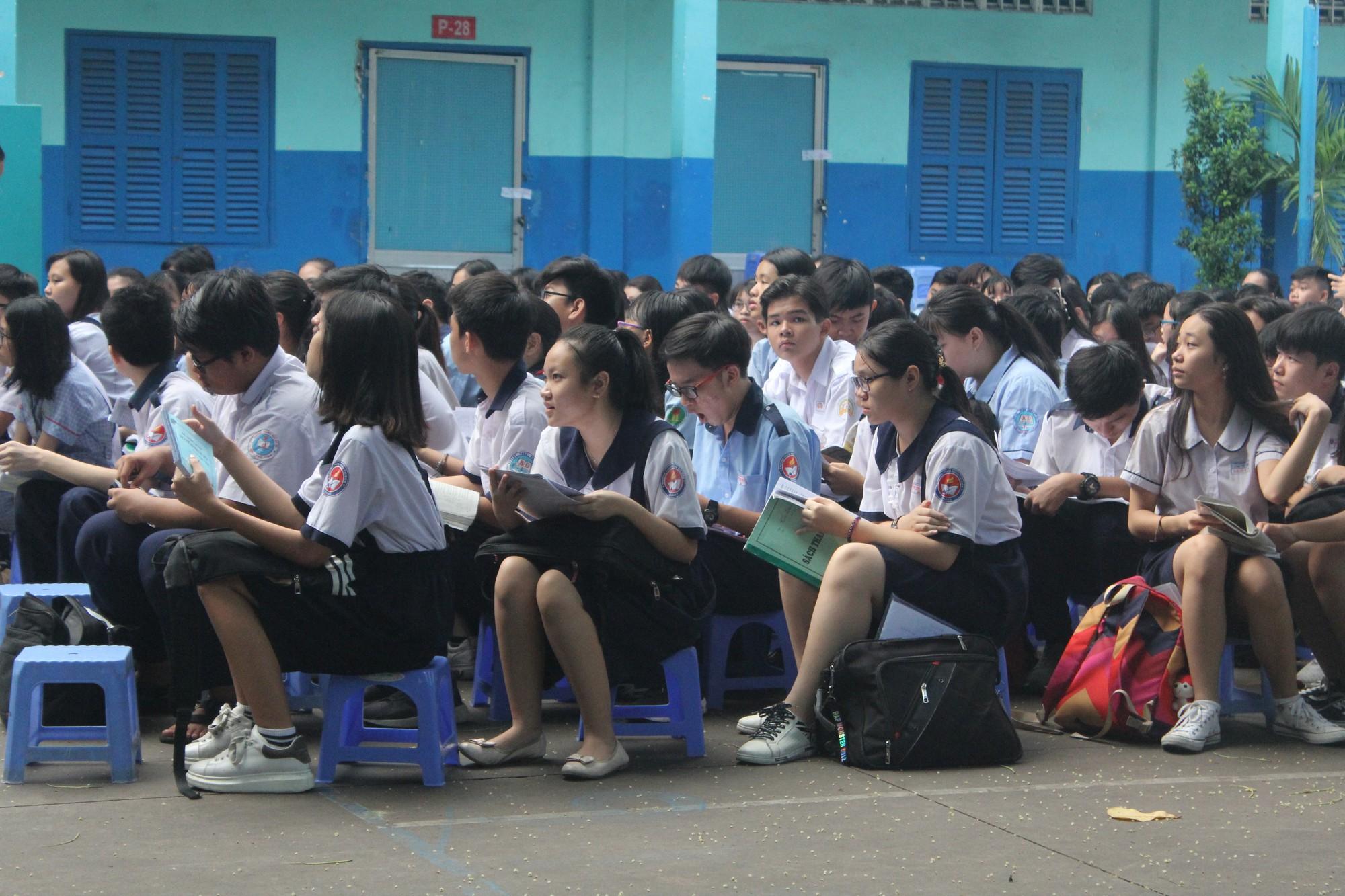 Thi vào lớp 10 tại TP HCM: Thí sinh tranh thủ ôn bài trước giờ vào phòng thi  - Ảnh 2.