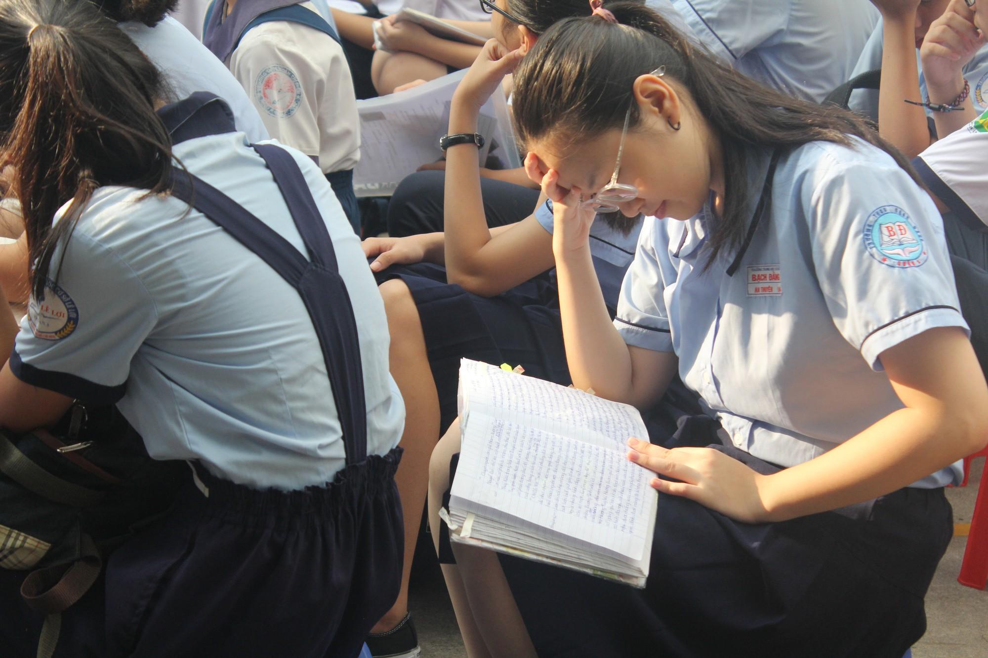 Thi vào lớp 10 tại TP HCM: Thí sinh tranh thủ ôn bài trước giờ vào phòng thi  - Ảnh 3.