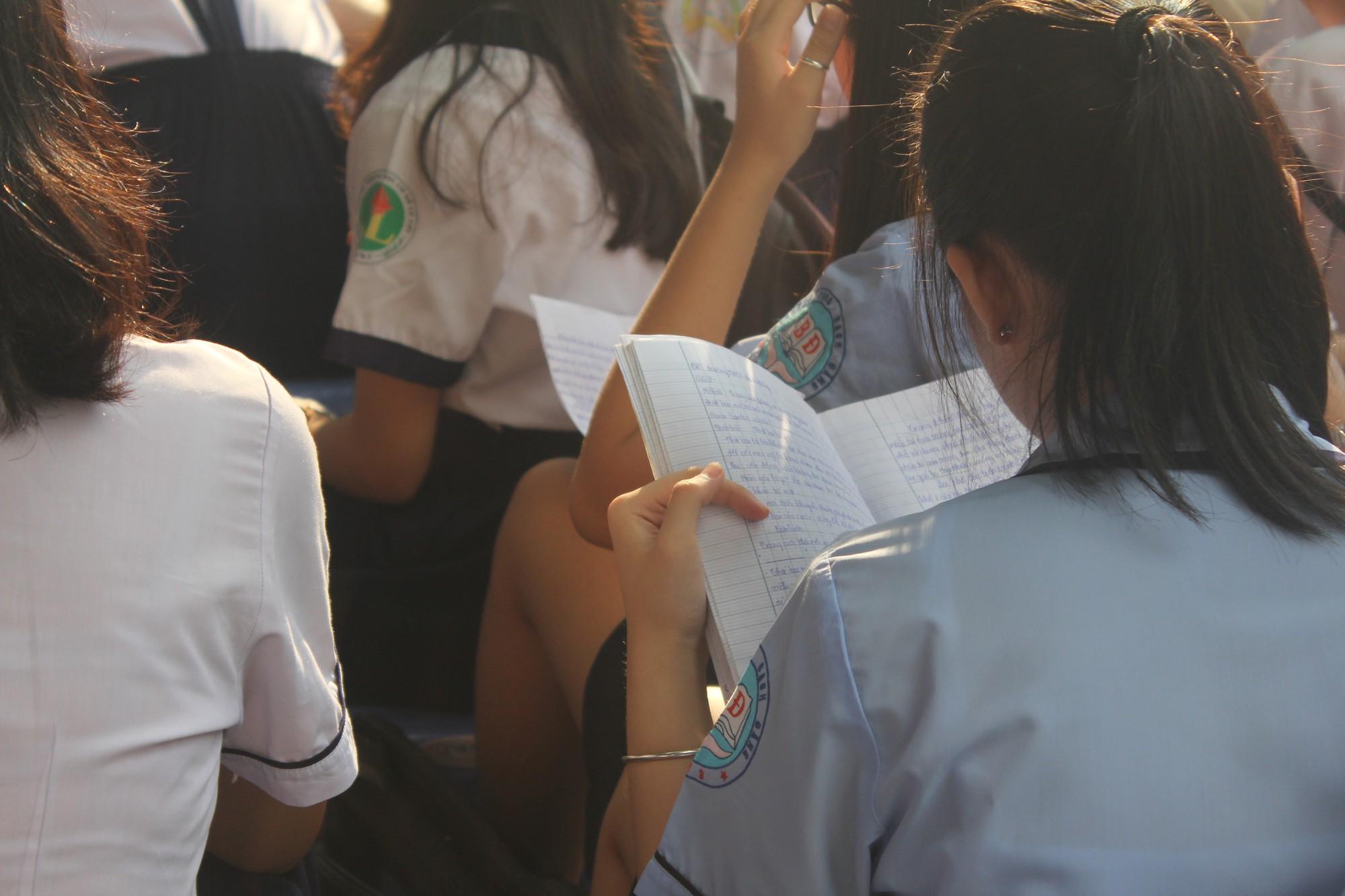 TP HCM: Thí sinh lo lắng đề môn Ngữ văn dễ, điểm chuẩn vào lớp 10 tăng cao - Ảnh 3.