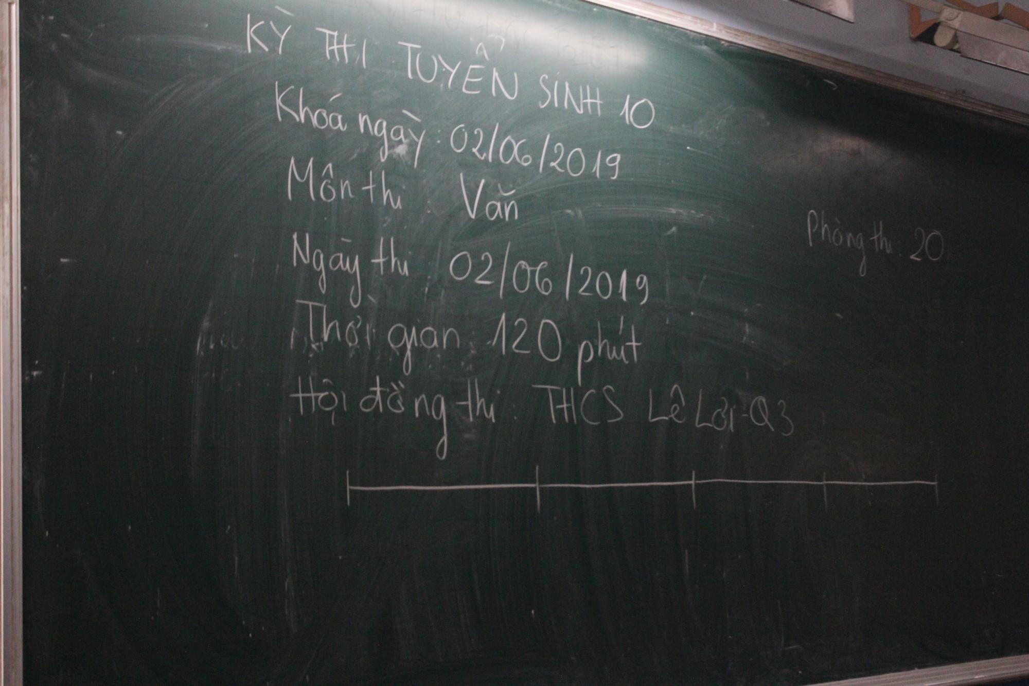 Thi vào lớp 10 tại TP HCM: Thí sinh tranh thủ ôn bài trước giờ vào phòng thi  - Ảnh 7.