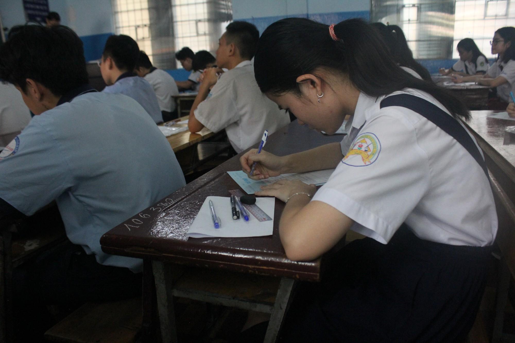 Thi vào lớp 10 tại TP HCM: Thí sinh tranh thủ ôn bài trước giờ vào phòng thi  - Ảnh 8.
