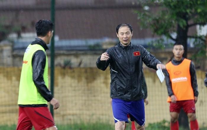 Trợ lý ông Park đội mưa huấn luyện U23 Việt Nam - Ảnh 1.