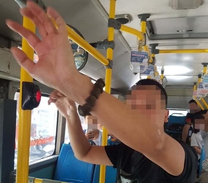 Tạm giữ kẻ nghi 'biến thái', có hành vi xấu trên xe buýt - Ảnh 1.