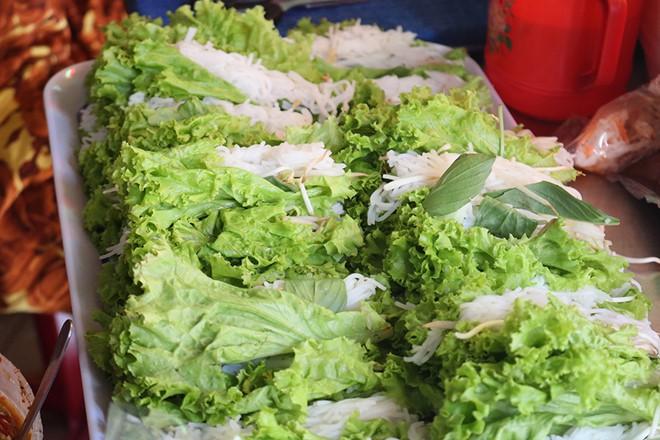 Gỏi cuốn bà Phương có gì mà người Sài Gòn ăn hơn 1.000 cuốn mỗi ngày - Ảnh 1.