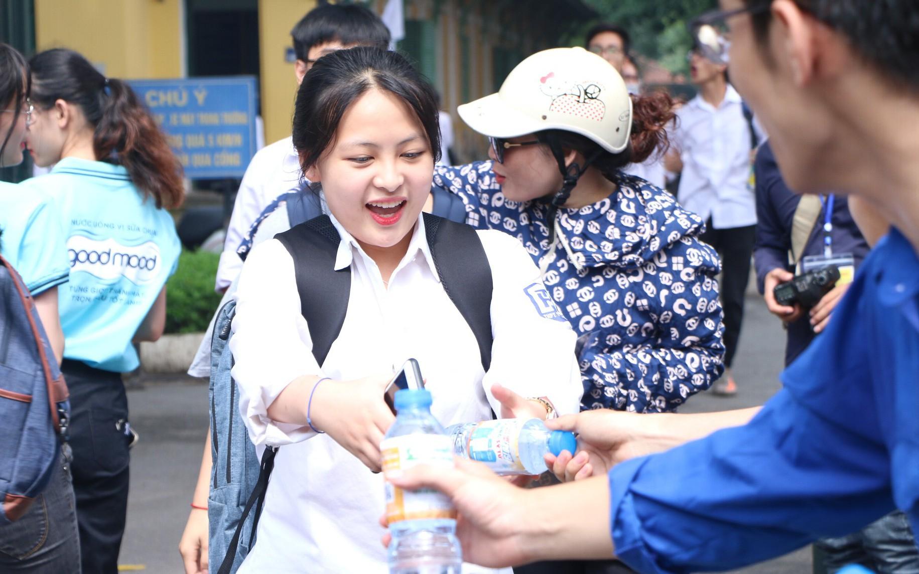 Hà Nội: Thanh niên tình nguyện phát nước miễn phí, tiếp sức cho thí sinh thi THPT quốc gia