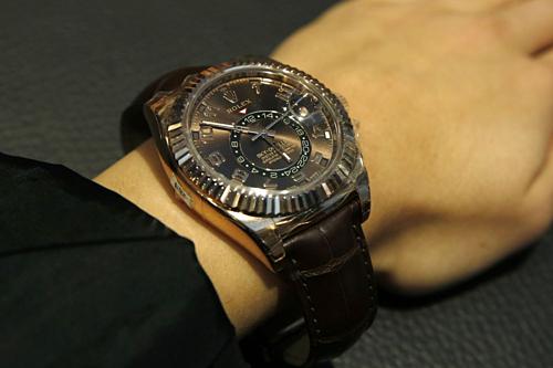 Nhà giàu Mỹ đổ xô bán trang sức, đồng hồ vì giá vàng lên cao - Ảnh 1.