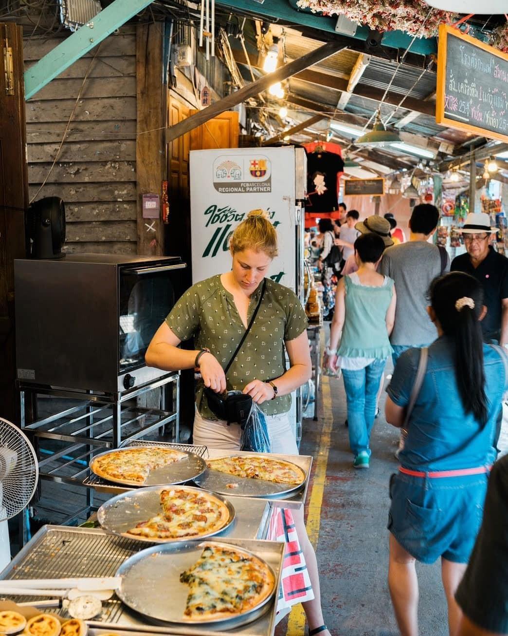 Chơi quên lối về tại những khu chợ nổi nhất định phải ghé ở Bangkok - Ảnh 14.