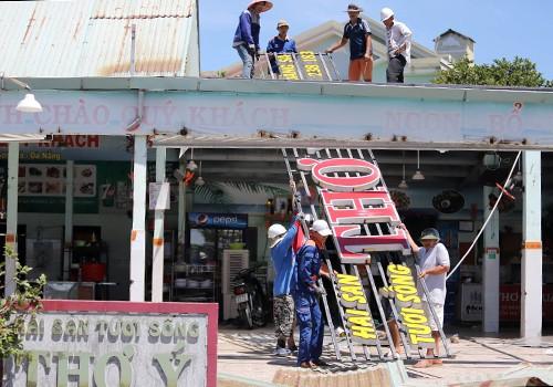 Đà Nẵng cưỡng chế tháo dỡ nhiều nhà hàng hải sản ven biển - Ảnh 1.