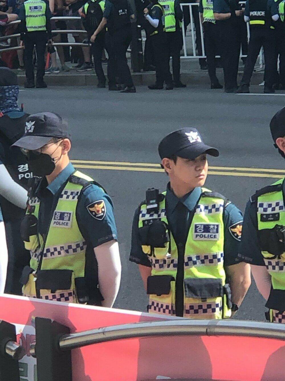 Nam idol K-Pop nổi tiếng bất ngờ xuất hiện tại Lễ diễu hành đồng tính ở Seoul, Hàn Quốc - Ảnh 2.