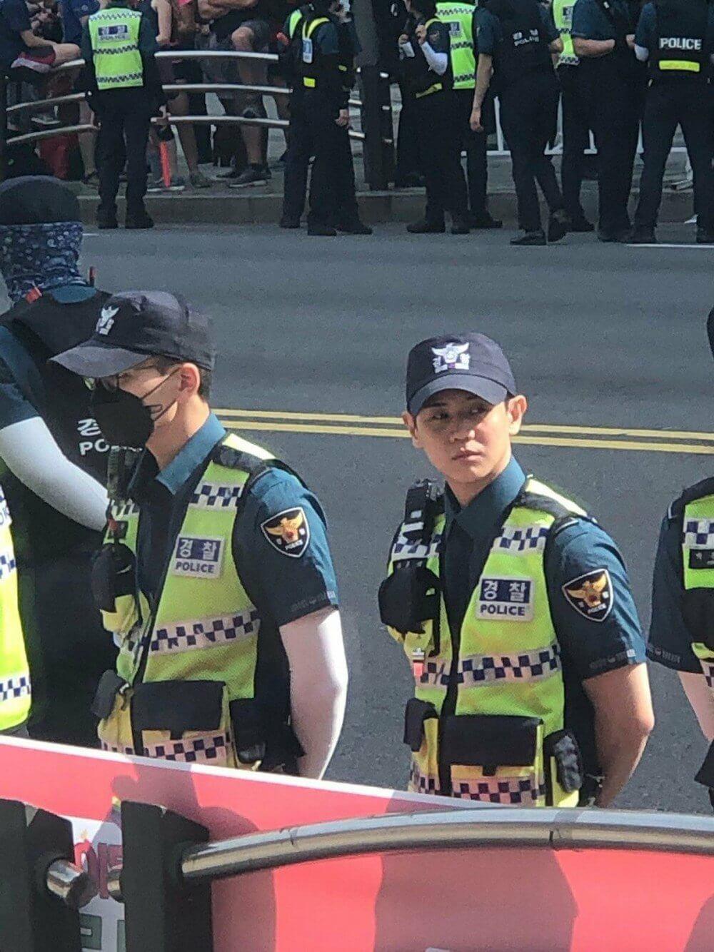Nam idol K-Pop nổi tiếng bất ngờ xuất hiện tại Lễ diễu hành đồng tính ở Seoul, Hàn Quốc - Ảnh 3.