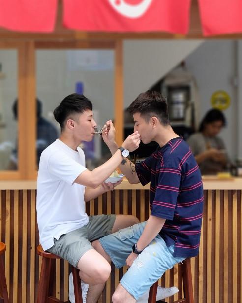 Muốn tìm được bạn trai như ý trên mạng xã hội thì người đồng tính nam nên áp dụng ngay những điều này  - Ảnh 1.