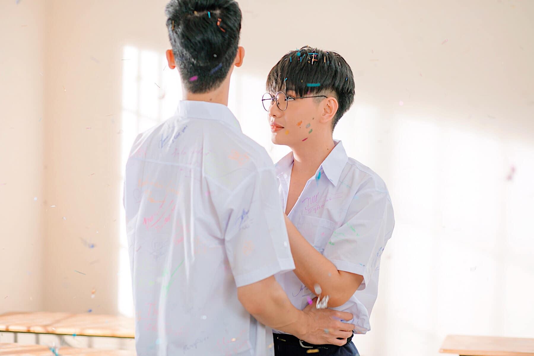 Mất máu với cảnh cặp nam chính tình tứ trong MV mới của Đào Bá Lộc - Ảnh 4.