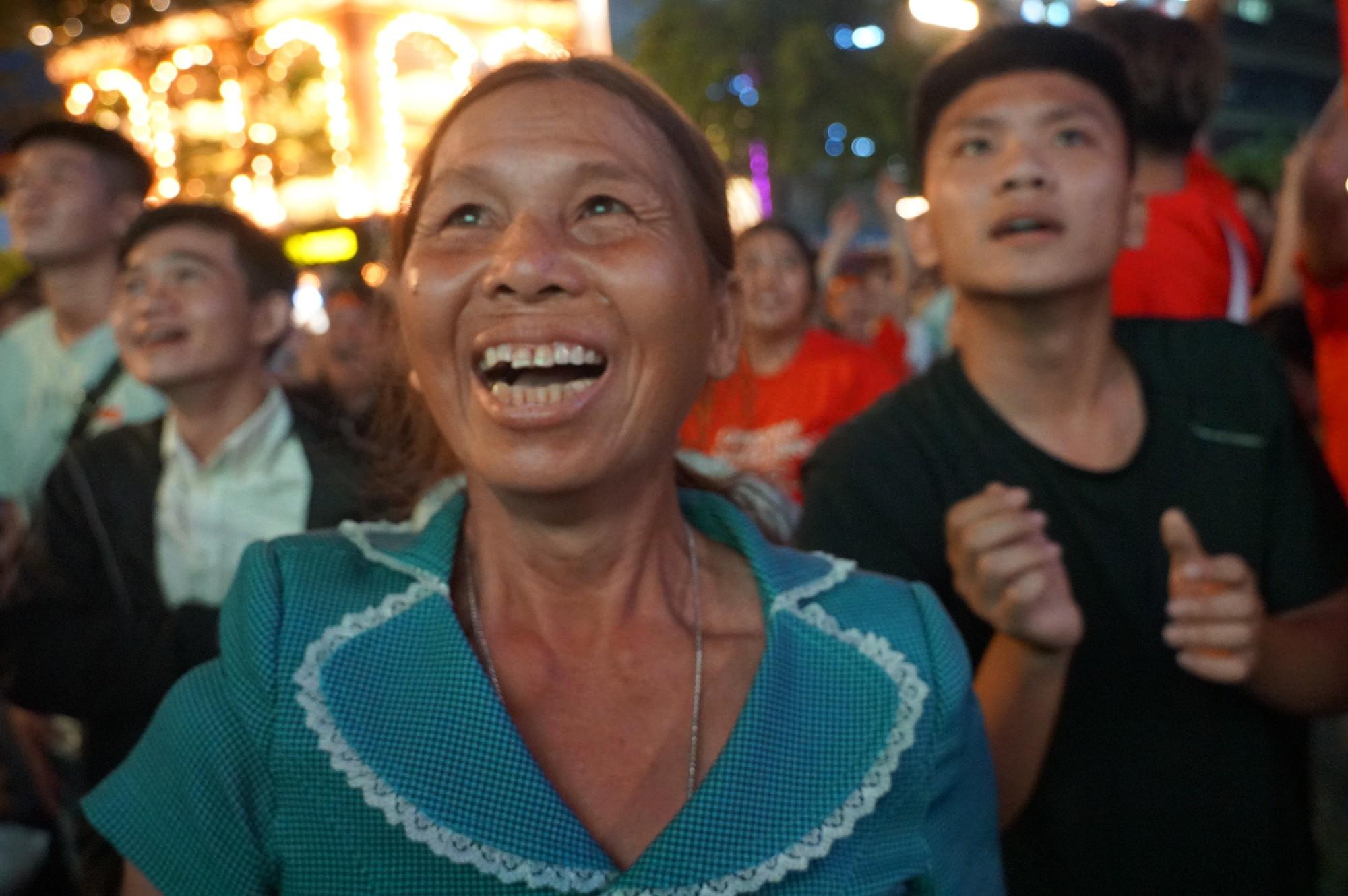 Phố đi bộ Nguyễn Huệ nhuộm đỏ màu cờ trong trận thắng nghẹt thở của tuyển Việt Nam trước Thái Lan - Ảnh 13.
