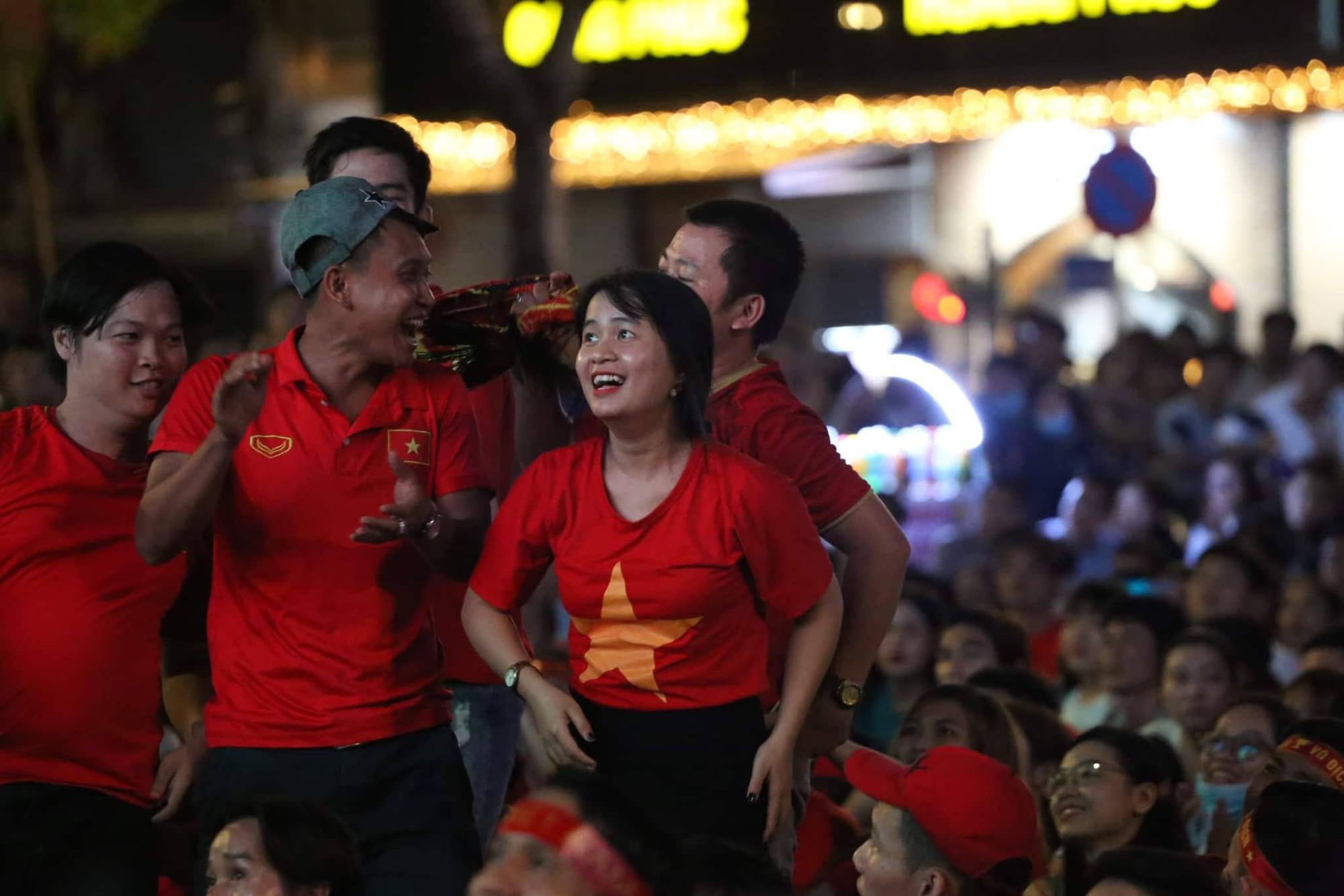 Phố đi bộ Nguyễn Huệ nhuộm đỏ màu cờ trong trận thắng nghẹt thở của tuyển Việt Nam trước Thái Lan - Ảnh 14.
