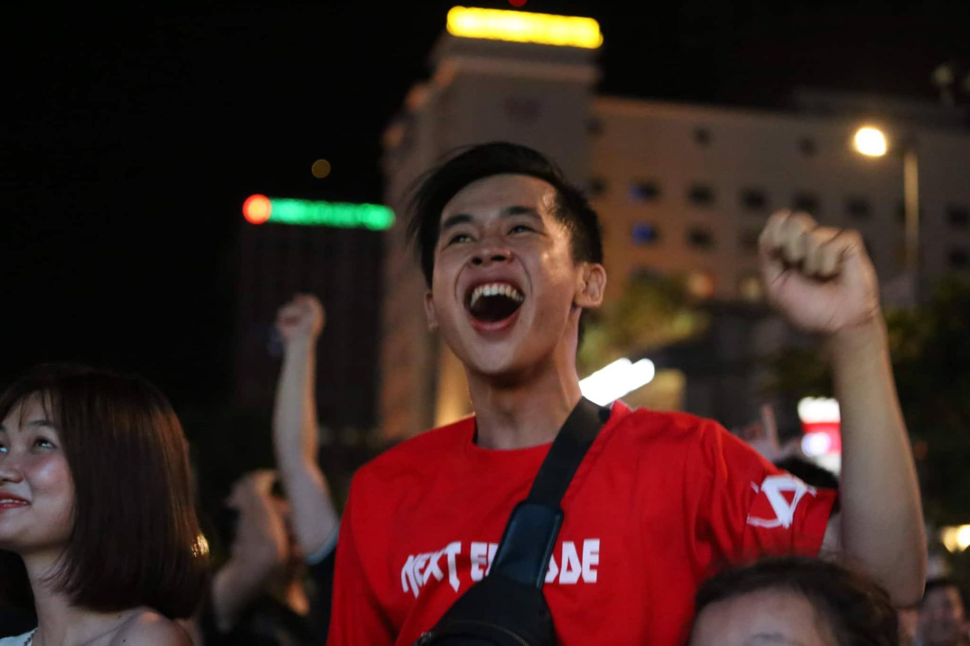 Phố đi bộ Nguyễn Huệ nhuộm đỏ màu cờ trong trận thắng nghẹt thở của tuyển Việt Nam trước Thái Lan - Ảnh 16.