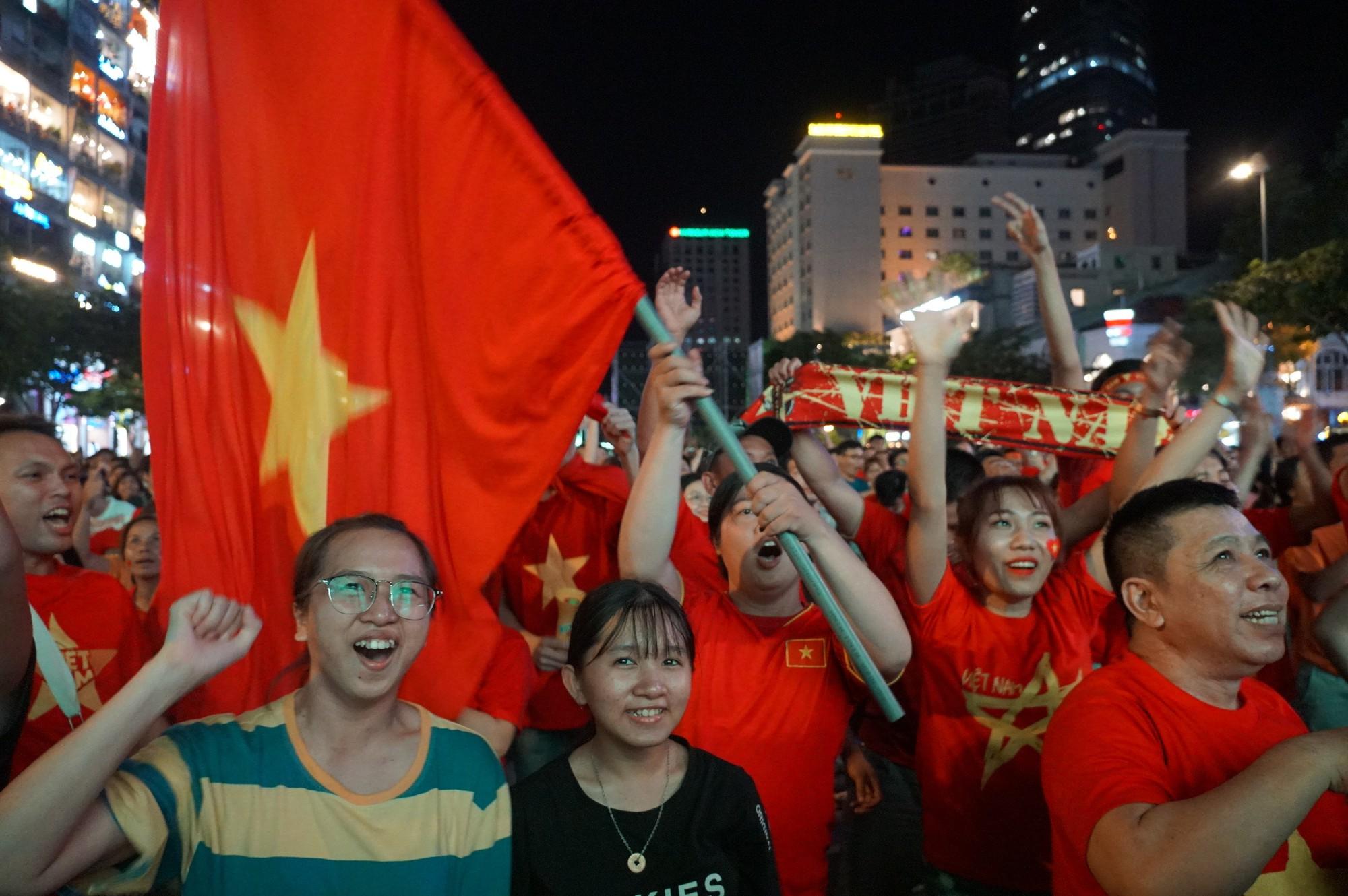Phố đi bộ Nguyễn Huệ nhuộm đỏ màu cờ trong trận thắng nghẹt thở của tuyển Việt Nam trước Thái Lan - Ảnh 15.