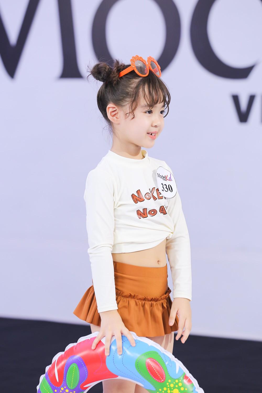Model Kid Vietnam 2019: Mẫu nhí tự tin catwalk trong trang phục đi biển - Ảnh 4.