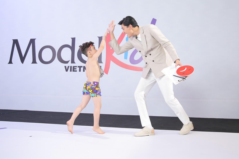 Model Kid Vietnam 2019: Mẫu nhí tự tin catwalk trong trang phục đi biển - Ảnh 10.