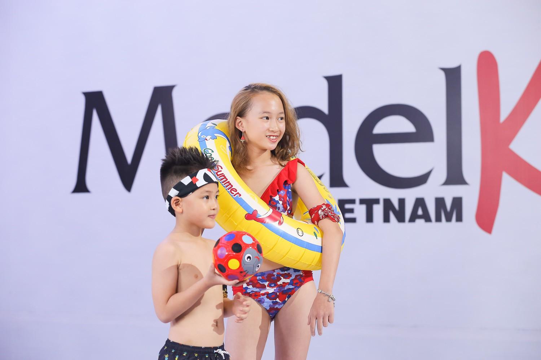 Model Kid Vietnam 2019: Mẫu nhí tự tin catwalk trong trang phục đi biển - Ảnh 5.