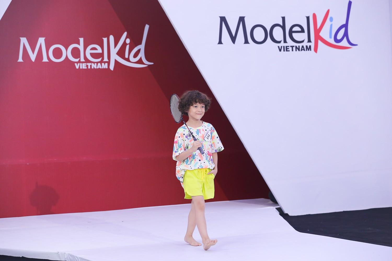 Model Kid Vietnam 2019: Mẫu nhí tự tin catwalk trong trang phục đi biển - Ảnh 8.