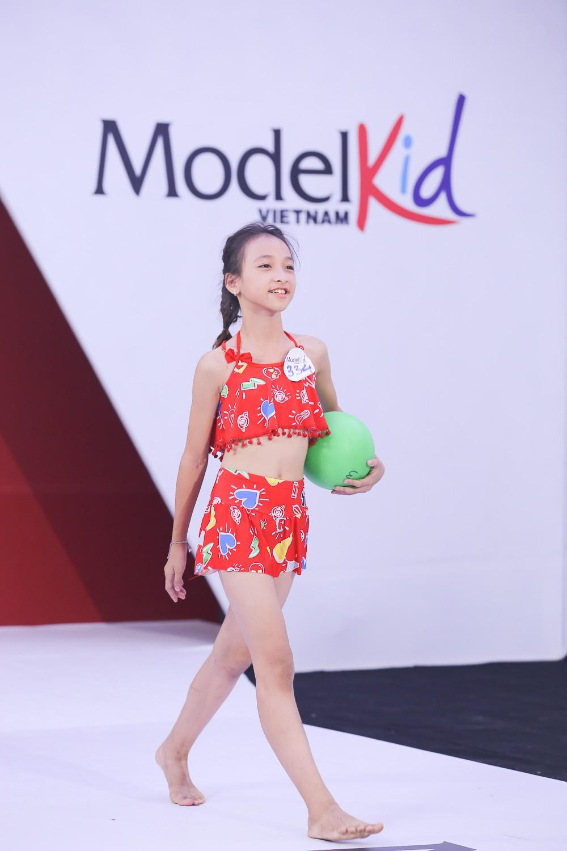 Model Kid Vietnam 2019: Mẫu nhí tự tin catwalk trong trang phục đi biển - Ảnh 7.