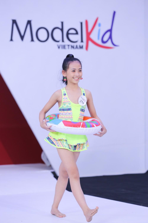 Model Kid Vietnam 2019: Mẫu nhí tự tin catwalk trong trang phục đi biển - Ảnh 6.