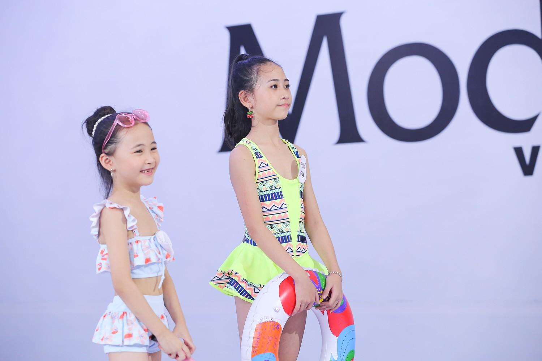 Model Kid Vietnam 2019: Mẫu nhí tự tin catwalk trong trang phục đi biển - Ảnh 1.