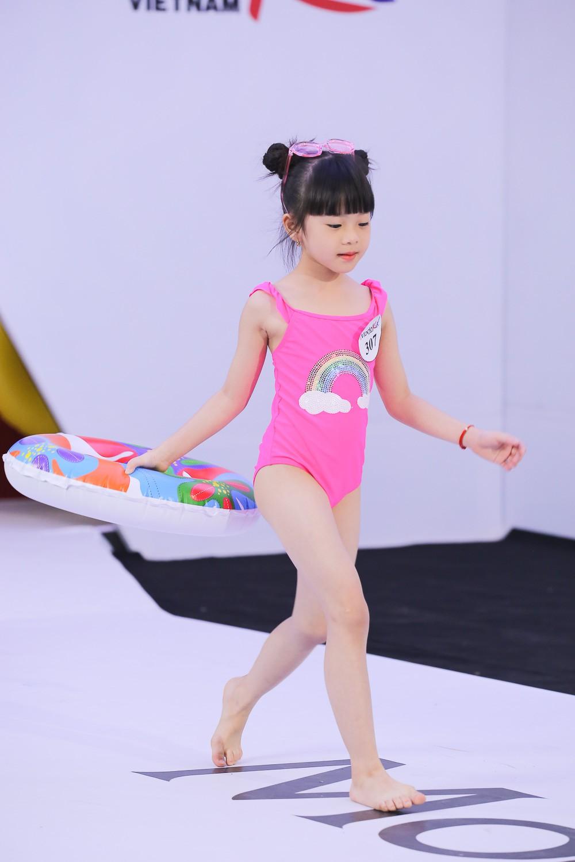 Model Kid Vietnam 2019: Mẫu nhí tự tin catwalk trong trang phục đi biển - Ảnh 2.