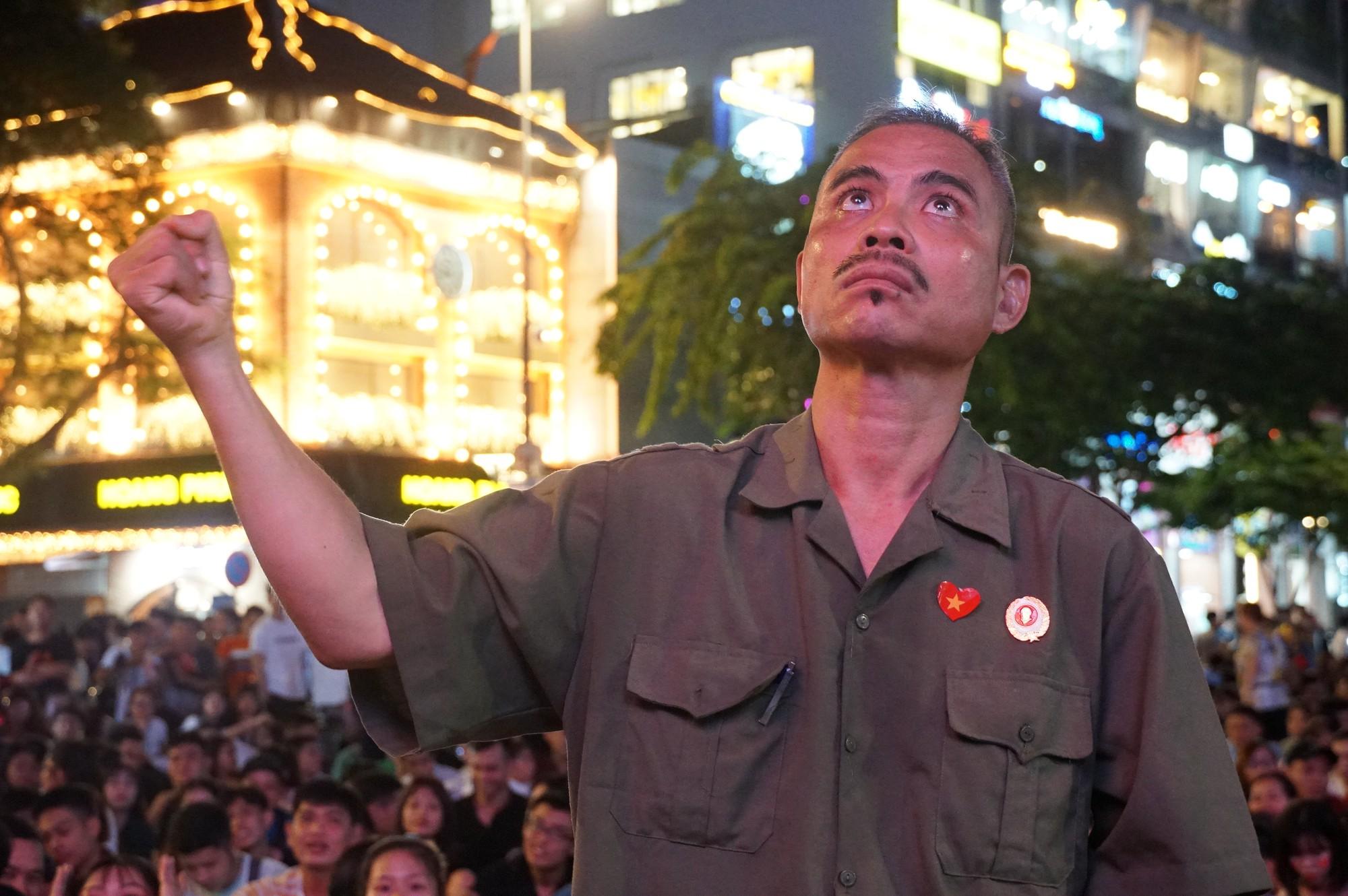 Phố đi bộ Nguyễn Huệ nhuộm đỏ màu cờ trong trận thắng nghẹt thở của tuyển Việt Nam trước Thái Lan - Ảnh 5.