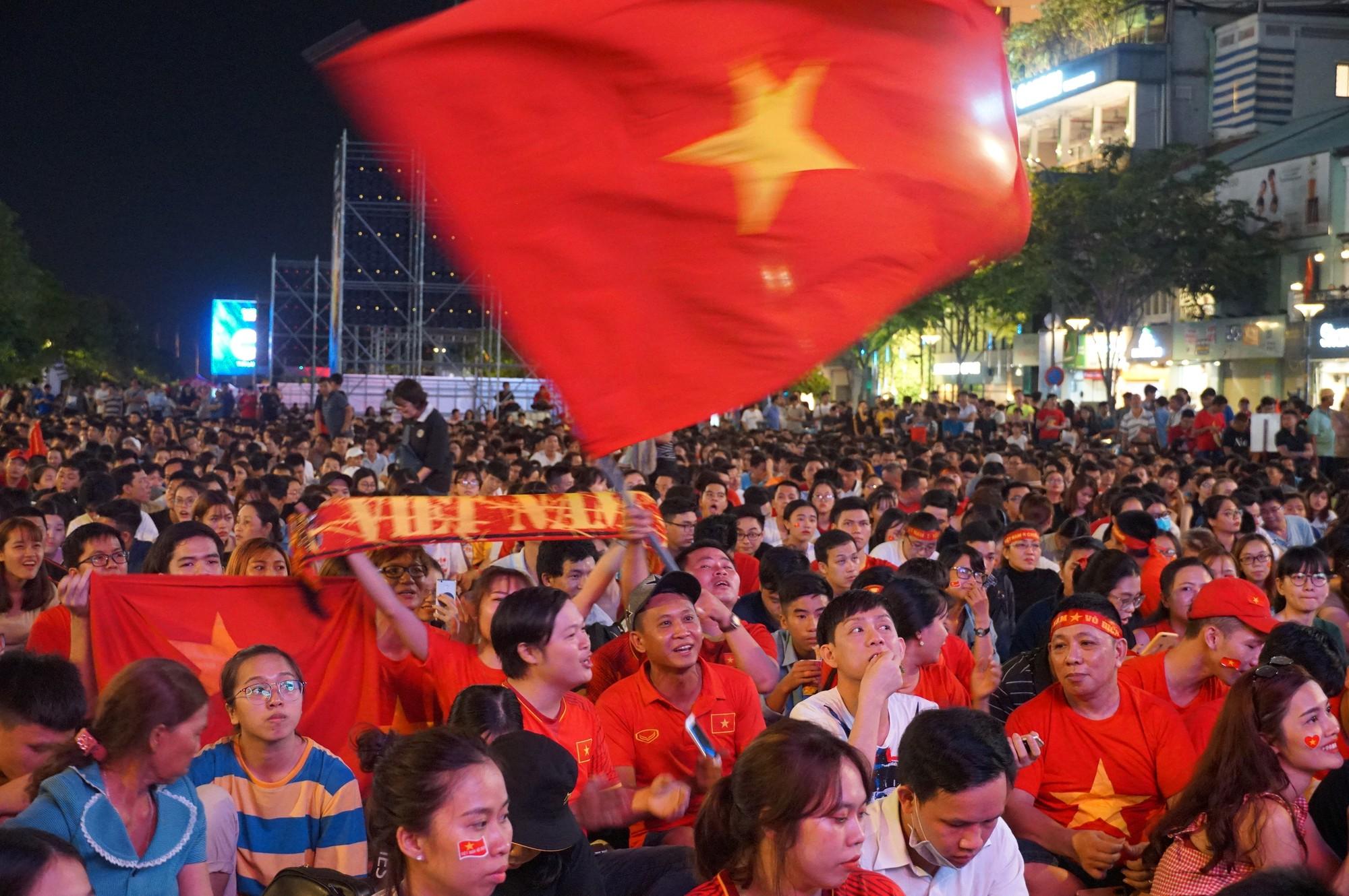 Phố đi bộ Nguyễn Huệ nhuộm đỏ màu cờ trong trận thắng nghẹt thở của tuyển Việt Nam trước Thái Lan - Ảnh 3.