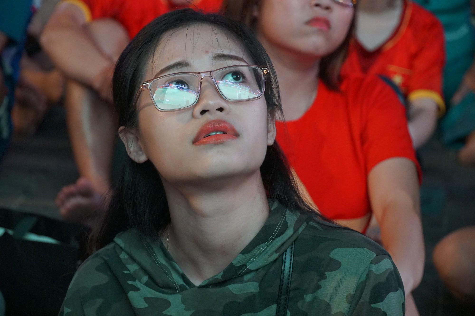 Phố đi bộ Nguyễn Huệ nhuộm đỏ màu cờ trong trận thắng nghẹt thở của tuyển Việt Nam trước Thái Lan - Ảnh 6.
