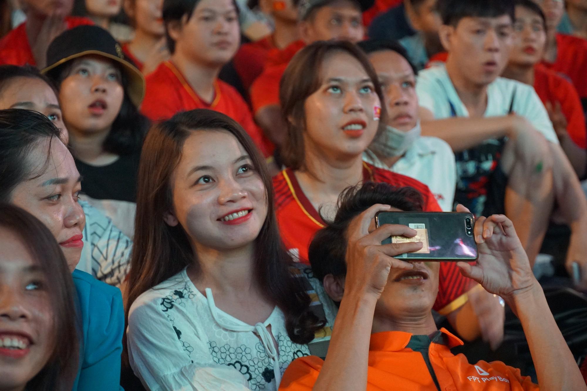 Phố đi bộ Nguyễn Huệ nhuộm đỏ màu cờ trong trận thắng nghẹt thở của tuyển Việt Nam trước Thái Lan - Ảnh 7.