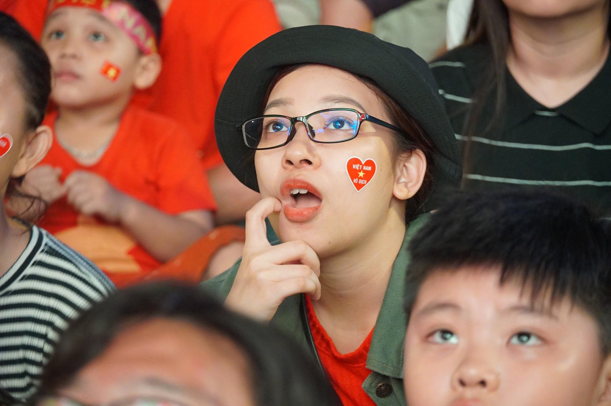 Phố đi bộ Nguyễn Huệ nhuộm đỏ màu cờ trong trận thắng nghẹt thở của tuyển Việt Nam trước Thái Lan - Ảnh 9.