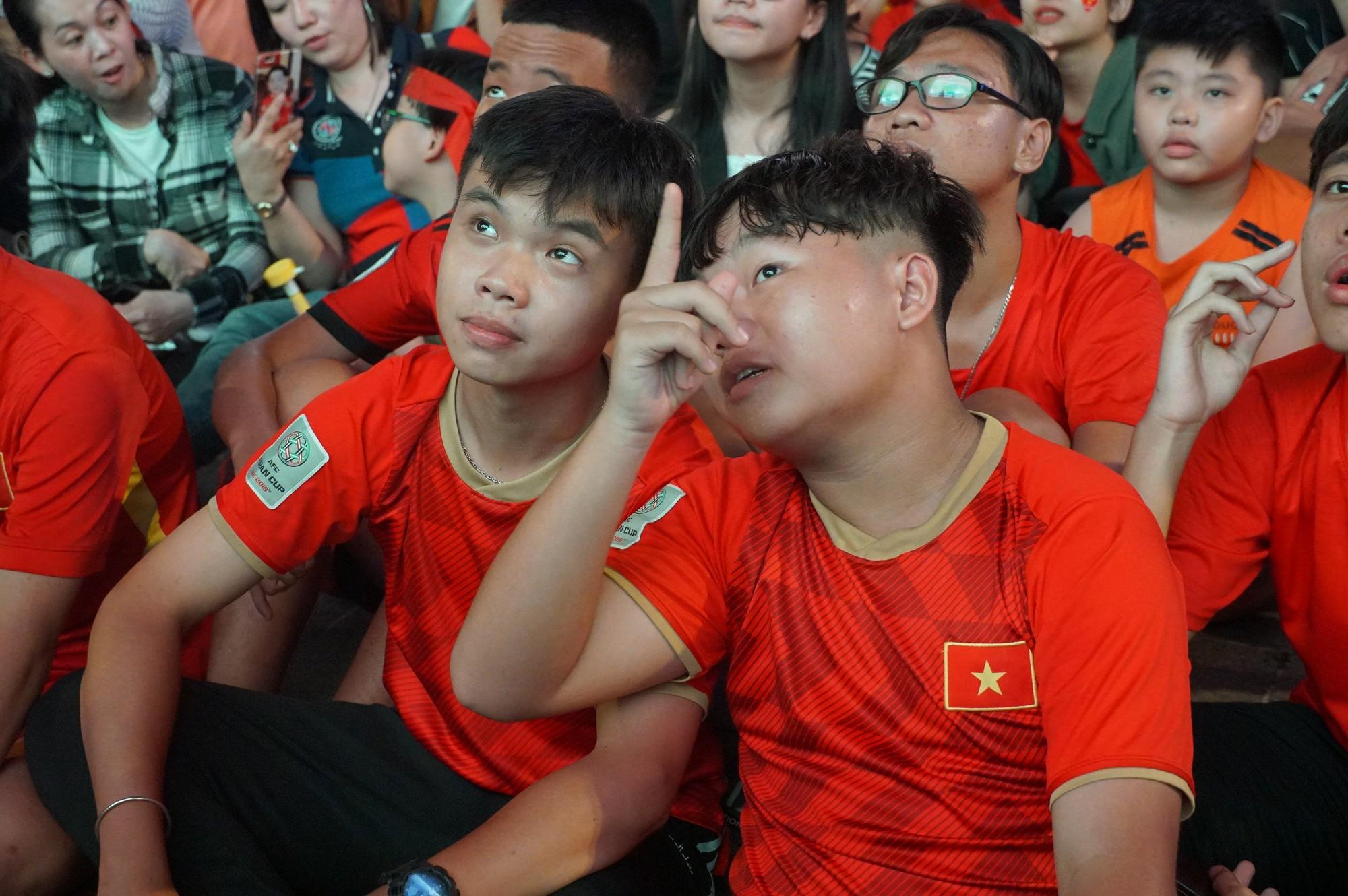 Phố đi bộ Nguyễn Huệ nhuộm đỏ màu cờ trong trận thắng nghẹt thở của tuyển Việt Nam trước Thái Lan - Ảnh 10.