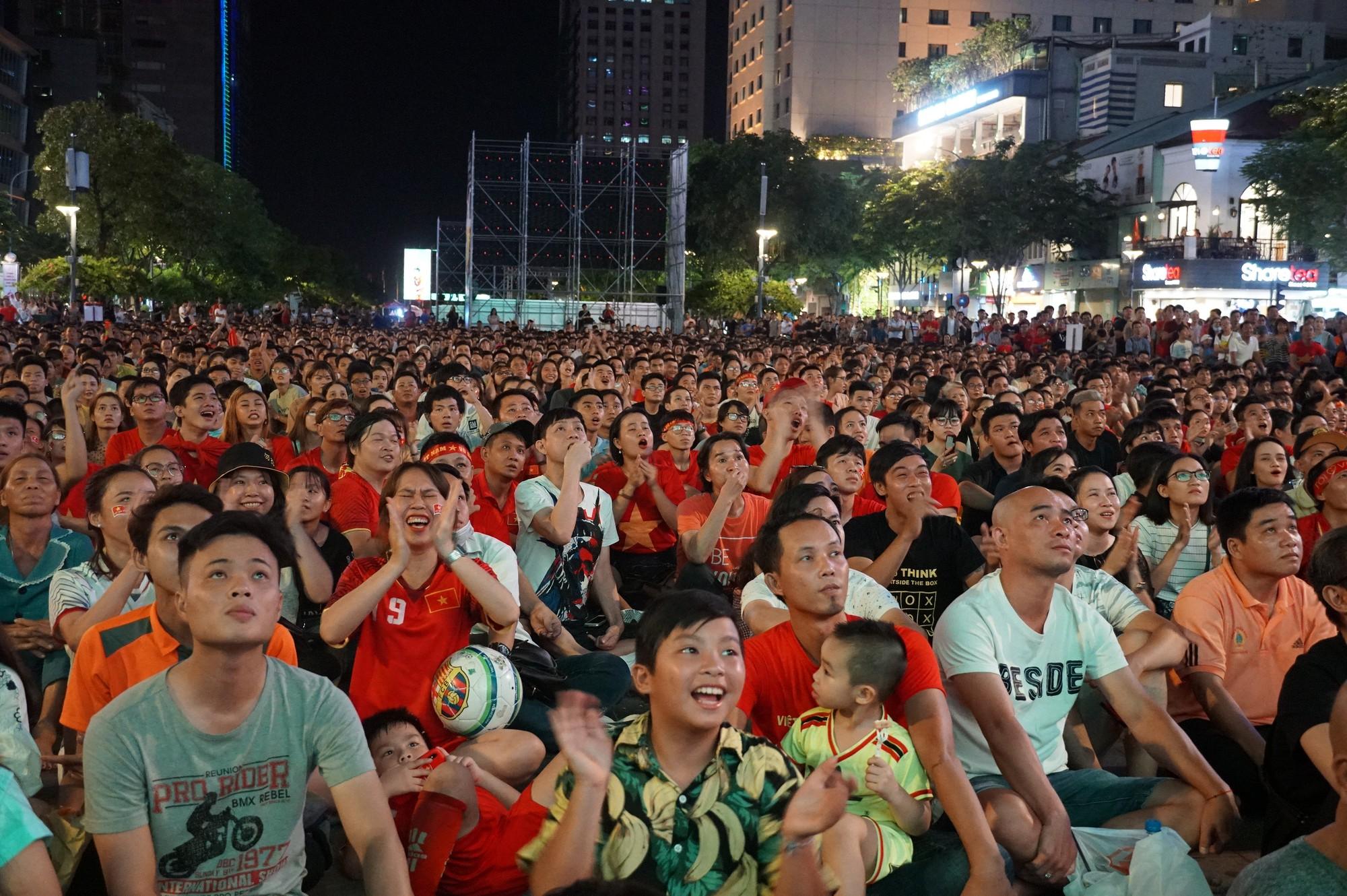 Phố đi bộ Nguyễn Huệ nhuộm đỏ màu cờ trong trận thắng nghẹt thở của tuyển Việt Nam trước Thái Lan - Ảnh 11.