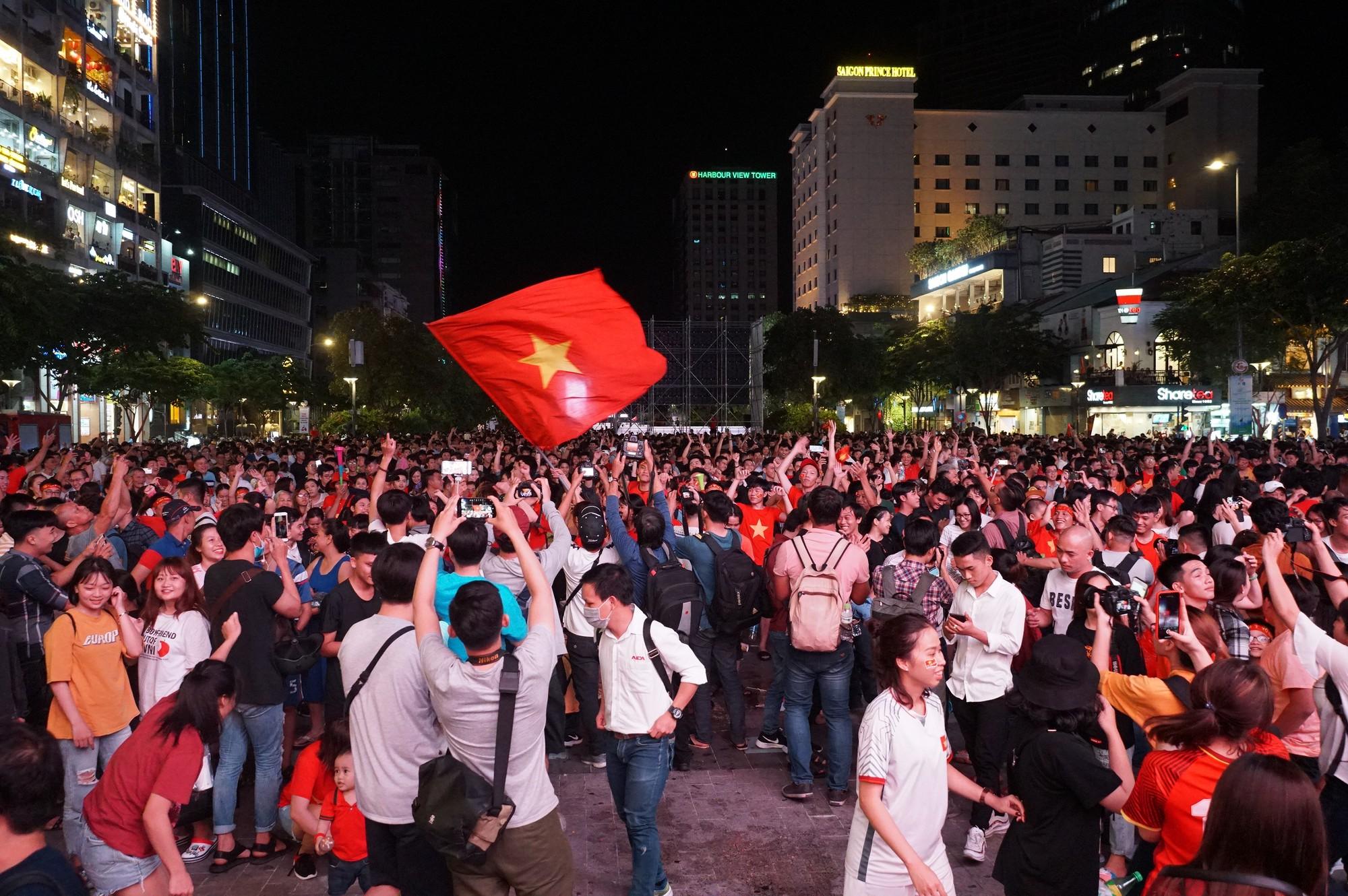 Phố đi bộ Nguyễn Huệ nhuộm đỏ màu cờ trong trận thắng nghẹt thở của tuyển Việt Nam trước Thái Lan - Ảnh 12.