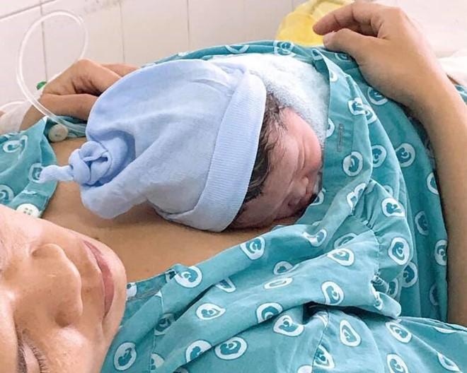 Sản phụ đẻ rơi em bé trên đường ngay trung tâm Sài Gòn - Ảnh 1.